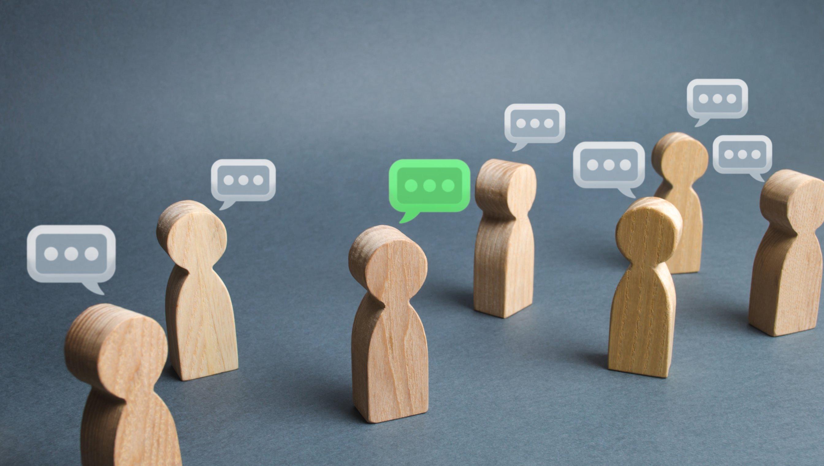 Bilde av trefigurer med snakkebobler